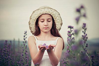 Mädchen auf einer Blumenwiese - p1432m1503561 von Svetlana Bekyarova