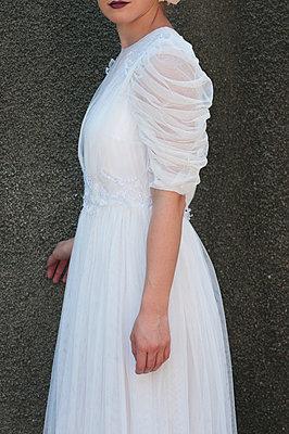 Frau im 30er Jahre Brautkleid - p7940513 von Mohamad Itani