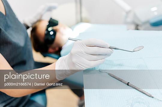 Girl at the dentist receiving treatment - p300m2166574 von Daniel González