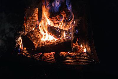 Camp Fire at night - p300m2042915 von Michael Malorny