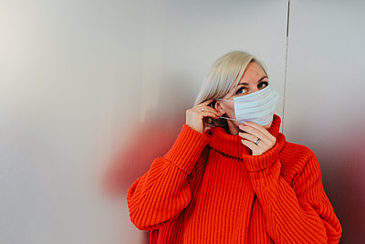 Woman wearing protective mask - p312m2191060 by Anna Roström