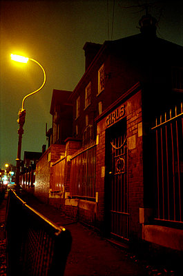 Schulgebäude bei Nacht - p3880495 von Michele Panzeri