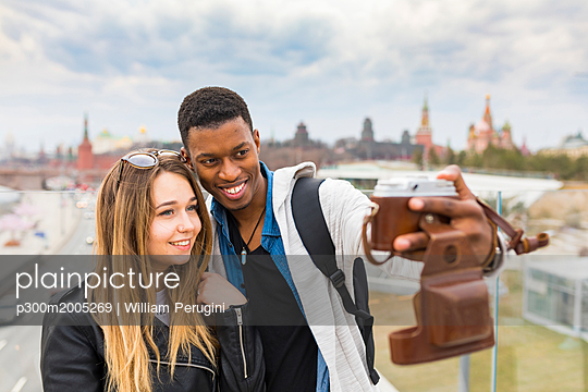 Russia, Moscow, couple taking a selfie and smiling - p300m2005269 von William Perugini