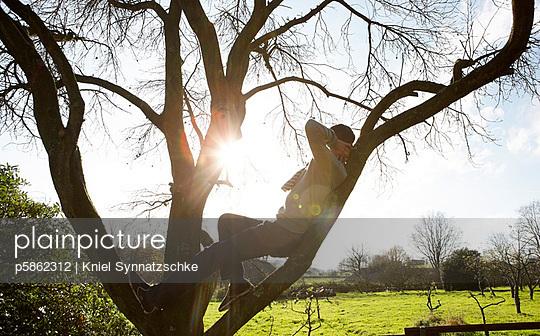 Im Baum liegen - p5862312 von Kniel Synnatzschke