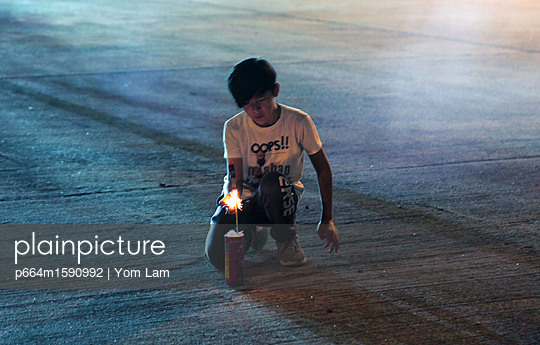 Little boy playing fireworks - p664m1590992 by Yom Lam