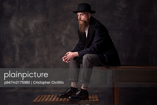 Man with full beard and hat - p947m2175980 by Cristopher Civitillo