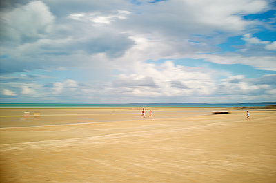 People on the beach - p1661m2245384 by Emmanuel Pineau