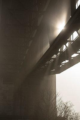 Brücke bei Sonne und Nebel - p199m924372 von Oliver Jäckel