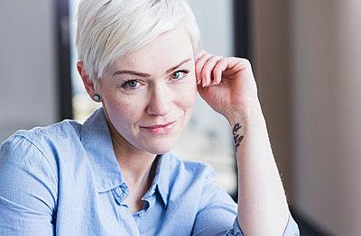 Portrait of smiling blond woman - p300m1581700 von Uwe Umstätter