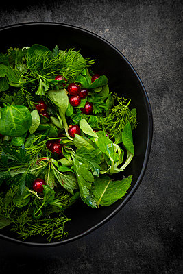 Oriental herb salad (mint, parsley, dill, coriander, lambs lettuce) with currants and pomegranate dressing - p300m2202787 by Larissa Veronesi