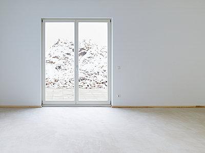 Blick durch die Terrassentür auf Schnee - p900m1466455 von Michael Moser
