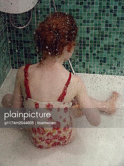 Mädchen in der Dusche - p1174m2044605 von lisameinen