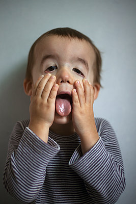 Little boy making a grimace - p1028m1496999 by Jean Marmeisse