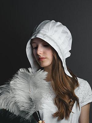 Mädchen in Vintage Outfit - p1376m2110471 von Melanie Haberkorn