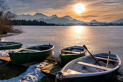 Germany, Bavaria, Allgaeuer Alps, Hopfensee in winter, rowboats - p300m2084001 by Stefan Schurr
