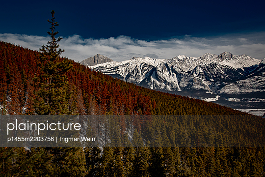 Pyramid Mountain in den Rocky Mountains in Kanada - p1455m2203756 von Ingmar Wein