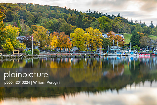 United Kingdom, England, Cumbria, Lake District, Windermere lake, view at sunrise from Ambleside - p300m2013224 by William Perugini