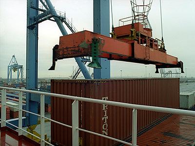 Container laden - p1045m787613 von jochenschmadtke