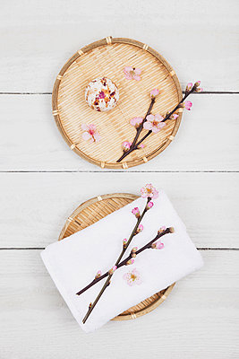 Cherry blossom soap ball and towel on bamboo trays - p300m1581328 von Gaby Wojciech