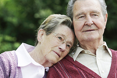 Germany, Cologne, Senior couple sitting in park - p300m2207229 by Jan Tepass