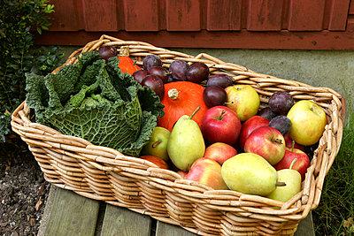 Korb voller Obst und Gemüse - p382m1559322 von Anna Matzen