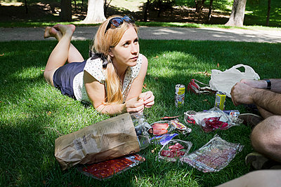 Young woman and man having a picnic - p956m1044675 by Anna Quinn