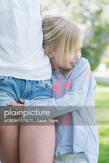 girl hugging her sister - p1323m1575270 von Sarah Toure