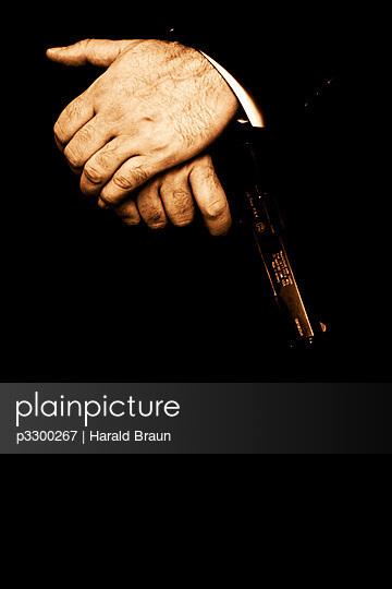 Hände mit Revolver - p3300267 von Harald Braun