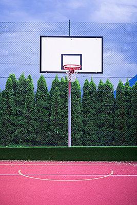 Basketballfeld in Italien - p1149m1573083 von Yvonne Röder