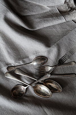 Vintage cutlery on linen cloth - p1470m2055102 by julie davenport