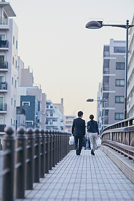 Japanese couple walking home from work - p307m2003796 by Yosuke Tanaka