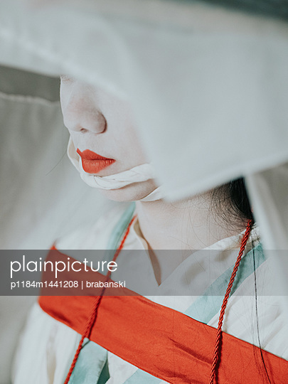 Young woman wearing kimono and hat - p1184m1441208 by brabanski