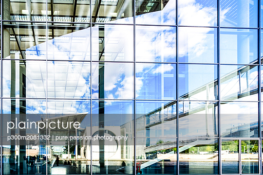 Germany, Berlin, view to Paul-Loebe-Building, Marie-Eisabeth-Lueders-Building mirrored in the glass facade - p300m2081332 by pure.passion.photography