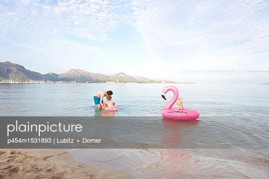 Family vacation - p454m1531893 by Lubitz + Dorner