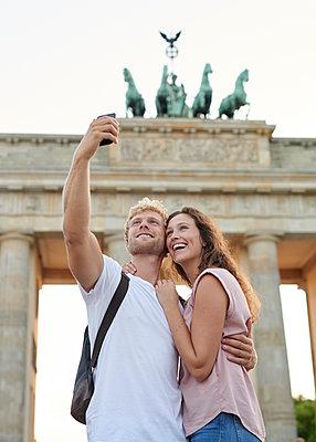 Selfie vor dem Brandenburger Tor - p1124m1463344 von Willing-Holtz