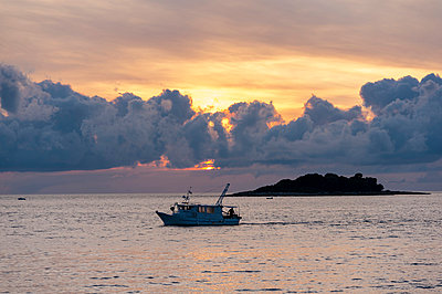 Croatia, Vrsar, Sunset over sea with boat - p300m873654 by Kai Jabs