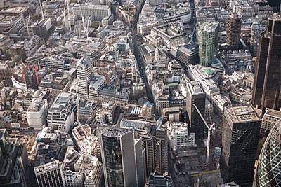 Full frame aerial view of city, London, England, UK - p301m1406328 by Stephan Zirwes