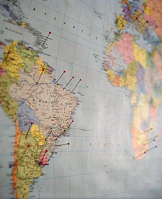 Weltmappe mit Nadeln - p627m1035970 von Amelie Losier