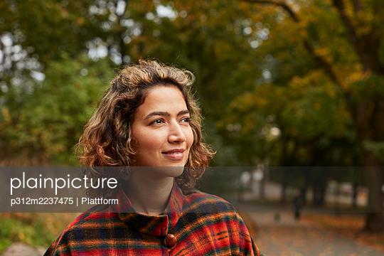 Portrait of smiling woman - p312m2237475 by Plattform