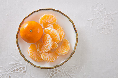 Teller mit Mandarine - p1149m1092676 von Yvonne Röder