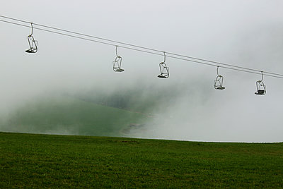 Sessellift im Nebel - p1574m2151327 von manuela deigert