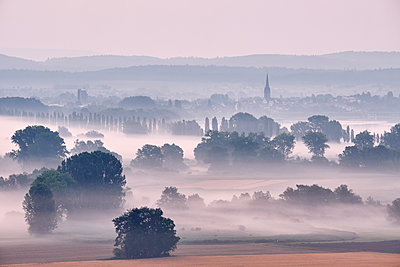 Germany, Baden-Wuerttemberg, Constance district, Radolfzell, view to Radolfzeller Aach in the morning with fog - p300m2012496 by Markus Keller