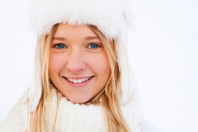 Portrait of teenage girl in white winter clothing - p31227148f by 62° Nord