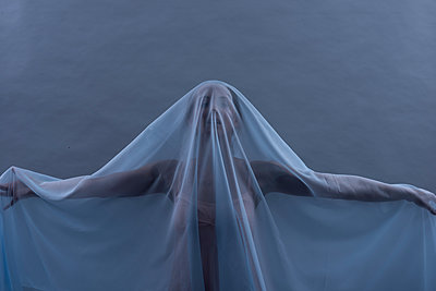Woman under transparent cloth - p427m1194871 by Ralf Mohr