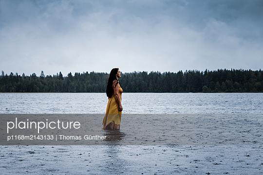 Enjyoy the rain - p1168m2143133 by Thomas Günther