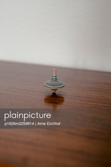 Spinning top - p1626m2259814 by Arne Eichhof