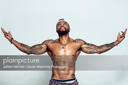 Portrait of tattooed man with baseball cap - p300m1581422 von Daniel Waschnig Photography