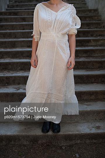 Kleid aus der Edwardischen Epoche - p920m1573754 von Jude Mooney