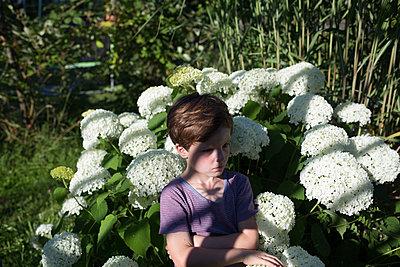 Kind im Garten - p1308m2222817 von felice douglas
