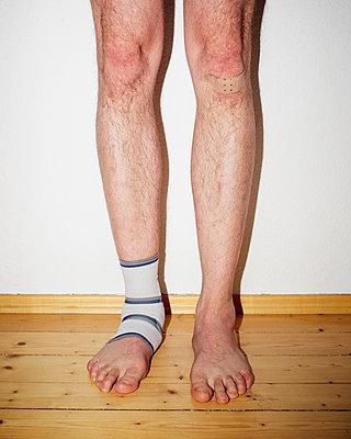 Knie, Bandage, Pflaster - p1319m1214514 von Christian A. Werner
